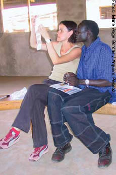 Escolhendo imagens na oficina audiovisual no Campo de Refugiados de Kakuma, Quênia