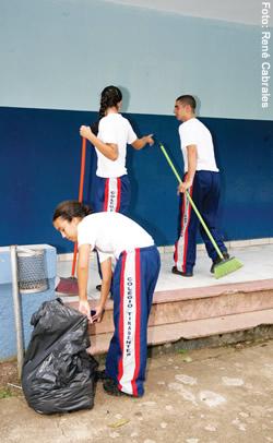 Estudantes são responsáveis pela limpeza