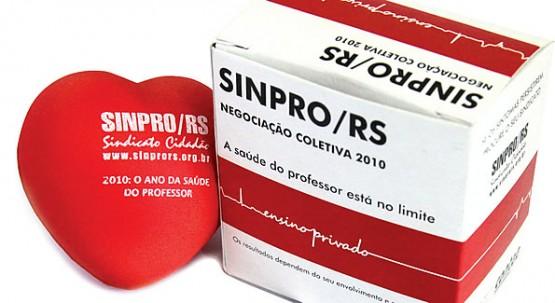 Caixa de remédio com um coração antiestresse faz parte do material da campanha