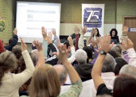 Professores deliberam políticas do Sinpro/RS em assembleia