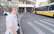 Ruth, 88 anos, usa a alça da bolsa atravessada no corpo, para evitar assaltos, e fica atenta às calçadas para não tropeçar | Foto: Igor Sperotto