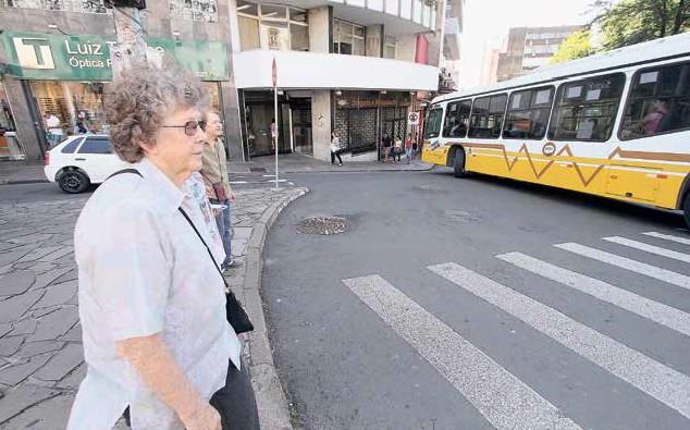 Ruth, 88 anos, usa a alça da bolsa atravessada no corpo, para evitar assaltos, e fica atenta às calçadas para não tropeçar