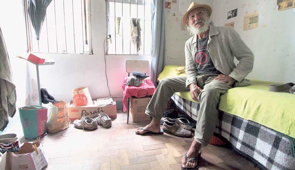 O ator de teatro de rua, Zé da Terreira, 70 anos, mora na Casa do Artista desde 2001 e se mantém com o Benefício Assistencial ao Idoso, mantido pelo governo federal