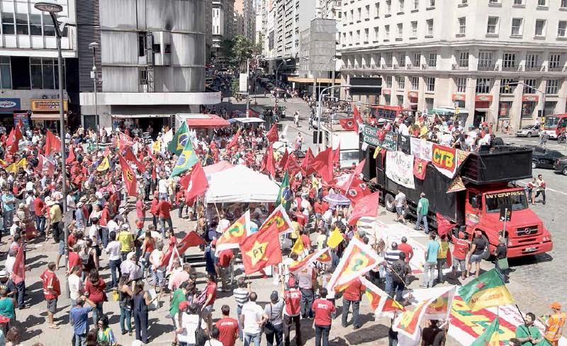 Dia de Lutas em defesa da Petrobras organizado pela CUT/RS no dia 12 de março reuniu 12 mil pessoas em Porto Alegre