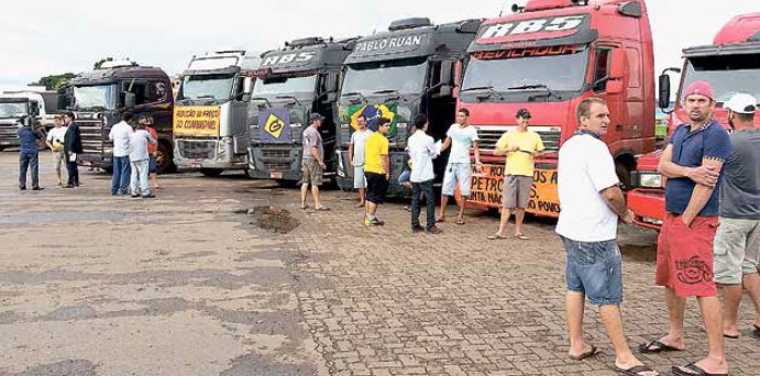 Greve de caminhoneiros expôs dependência do país ao transporte rodoviário