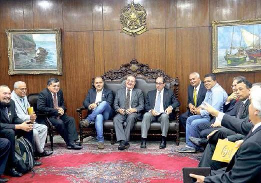Calheiros e os presidentes de centrais sindicais, em reunião no Senado, no dia 28 de abril, para tratar do PL 4.330