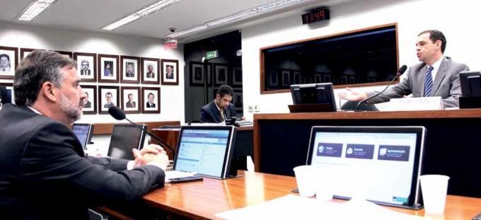 O deputado Paulo Pimenta (PT/RS) e o procurador Frederico Paiva em audiência na subcomissão da Zelotes na Câmara