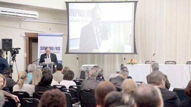 Distanciamento entre CLT e normatizações da educação foi destacado por Marcos Fuhr, diretor do Sinpro/RS