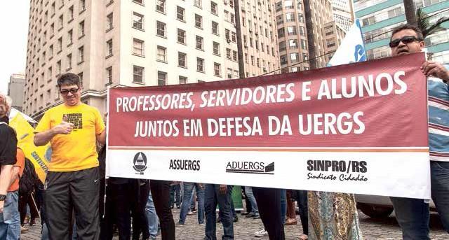 Professores da Uergs na mobilização dos servidores no centro de Porto Alegre