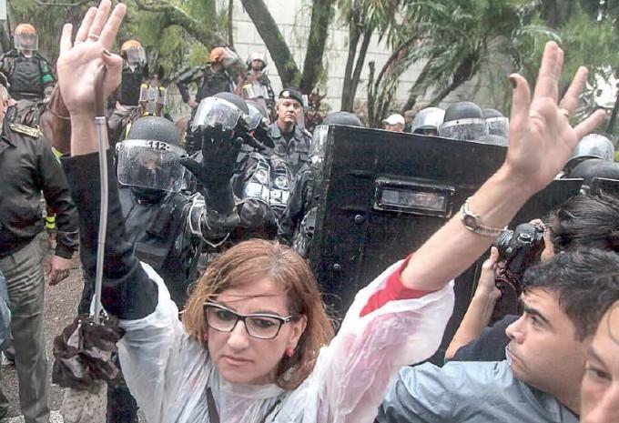 Manifestantes impedidos de ingressar na AL/RS protestaram contra aumento de impostos, no dia 22 de setembro, quando deputados estaduais aprovaram o tarifaço de Sartori