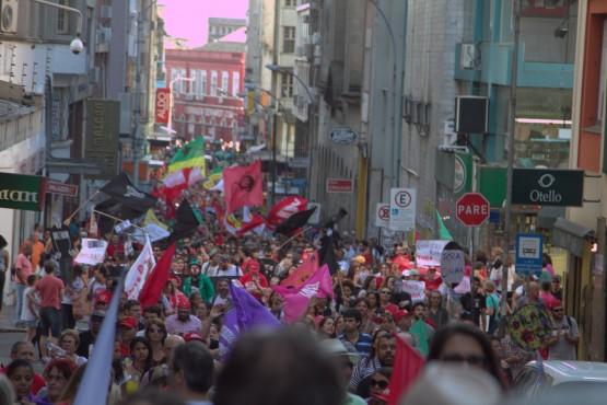 Manifestação de trabalhadores contra o golpe mobilizou mais de 5 mil trabalhadores no centro de Porto Alegre