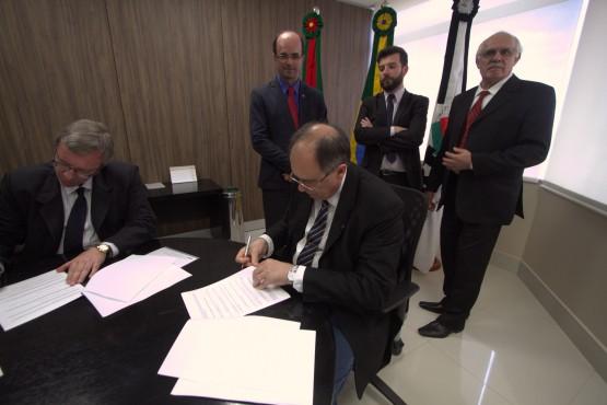 Marcos Fuhr, diretor do Sinpro/RS, assinou como testemunha do acordo
