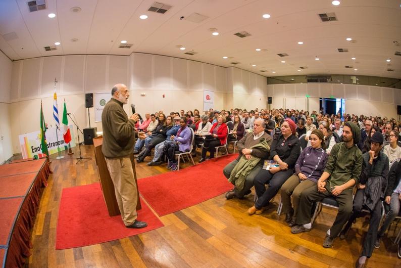O italiano Carlo Pietrini, idealizador do movimento slow food fala para chefes de cozinha no Festival de Eno Gastronomia