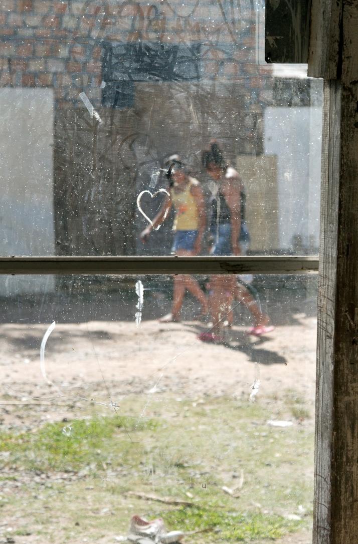 Ensaio fotográfico de Igor Sperotto em ocupações da região metropolitana de Porto Alegre mostra a humanização de locais estigmatizados por parte da imprensa gaúcha