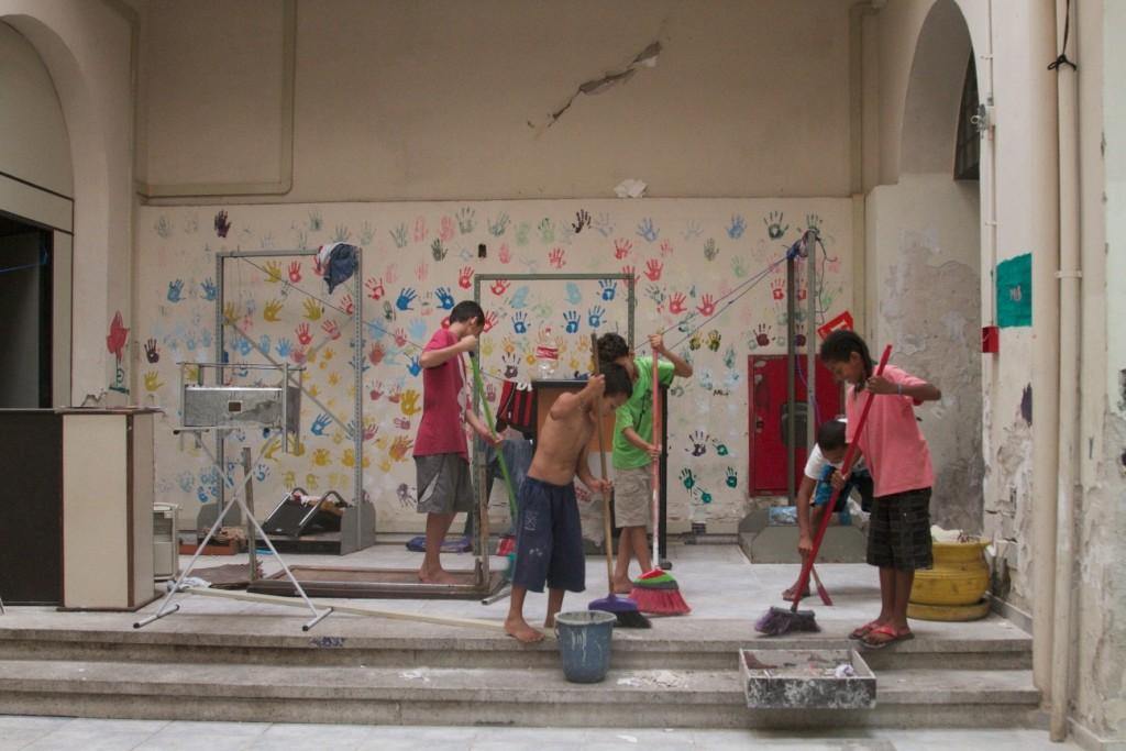Crianças da ocupação Lanceiros Negros organizam seus espaços