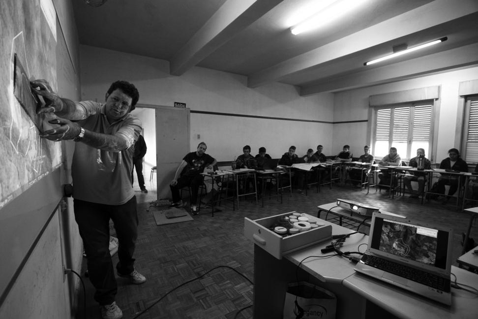 Professor da Escola Família Agrícola de Santa Cruz do Sul explica à turma de estudantes o processo de confecção de uma maquete para representar a propriedade de cada um deles