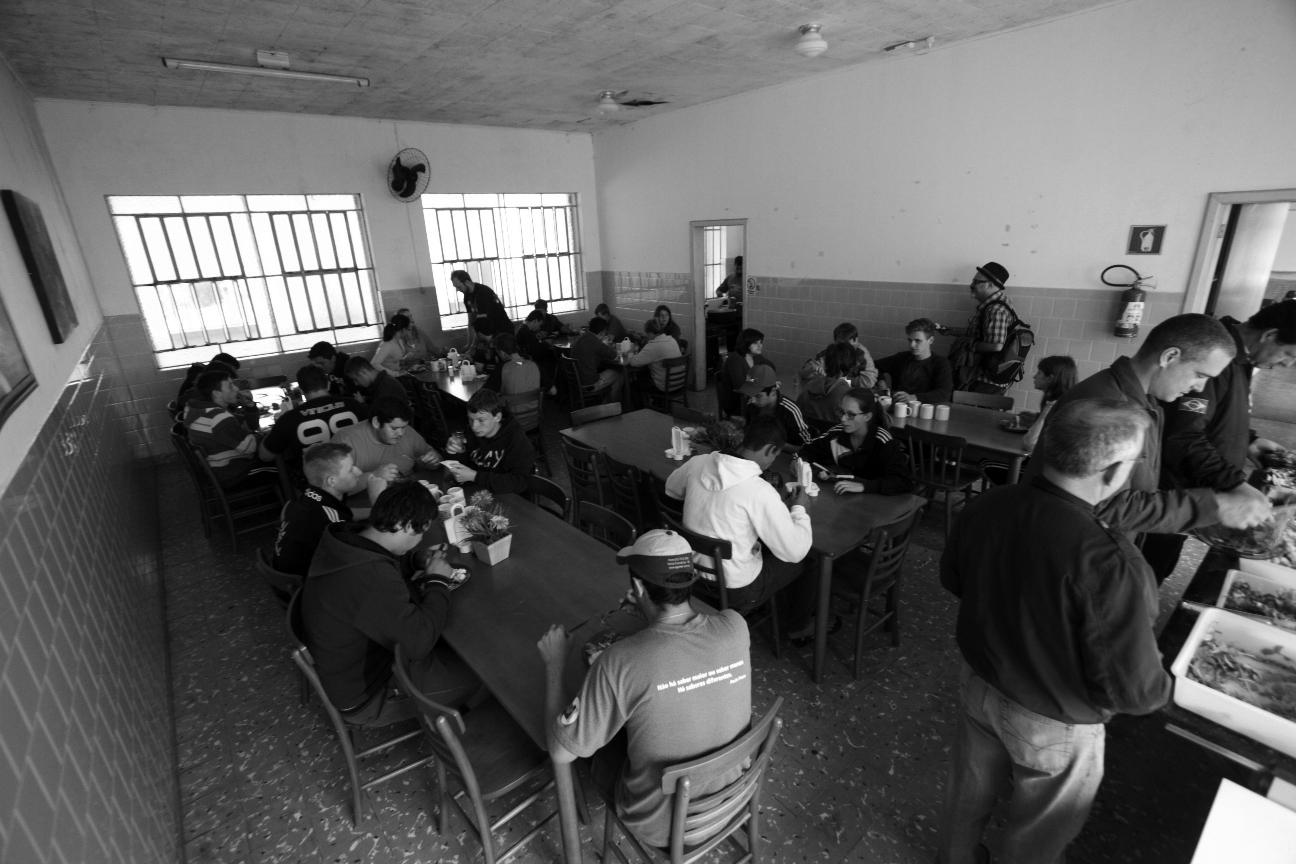 Alimentos oargânicos consumidos no refeitório da escola são produzidos pelos alunos