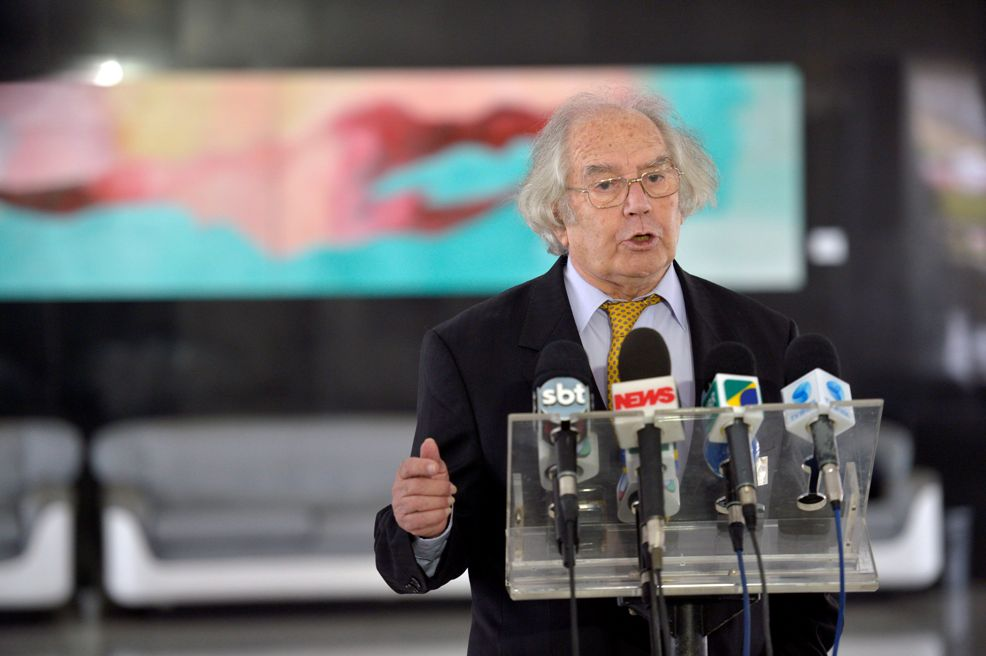 O Nobel de Paz Adolfo Pérez Esquivel falou contra o golpe para a Imprensa depois do encontro com Dilma, a caminho do Senado