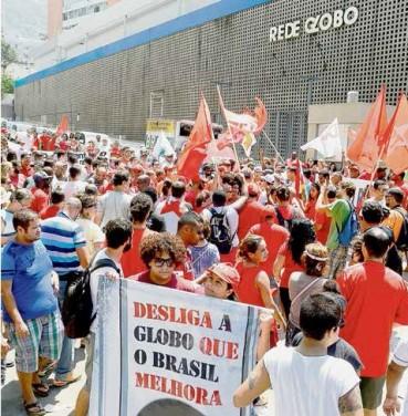 Manifestação em frente à sede da emissora, no Rio, em março, no auge das investidas dos telejornais contra Dilma e Lula e divulgação de grampos ilegais