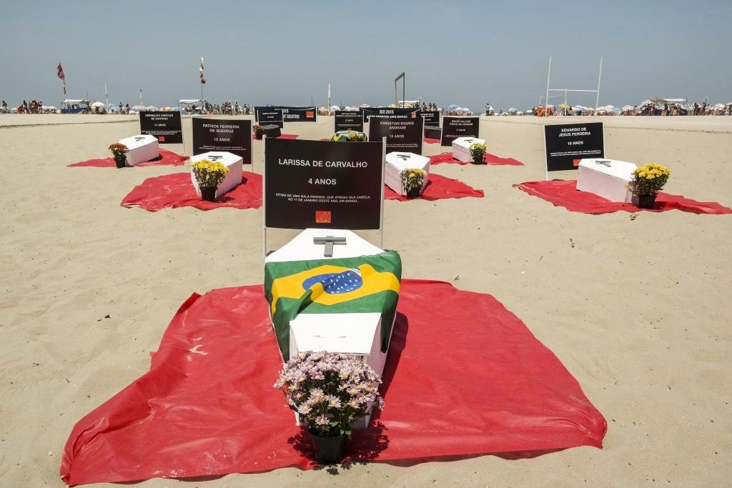 Protesto na praia de Copacabana lembrou as 4 mil mortes por causas violentas no Rio em 2015