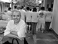 Psiquiatra Rogério Alves da Paz com o grupo de adolescentes dependentes químicos do bairro navegantes em Porto Alegre