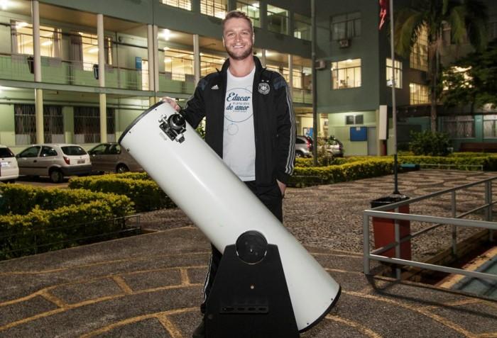 André leciona em quatro instituições, toca em duas bandas e divide com os alunos sua paixão por astronomia