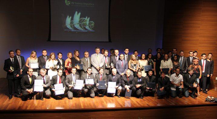 Extra Classe recebe prêmio de jornalismo em Brasília