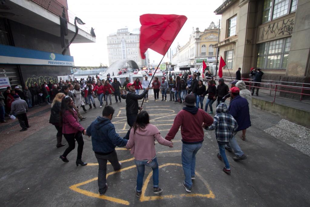 Militantes do MST apresentaram coreografia para alertar sobre prejuízos que a reforma representa para os agricultores