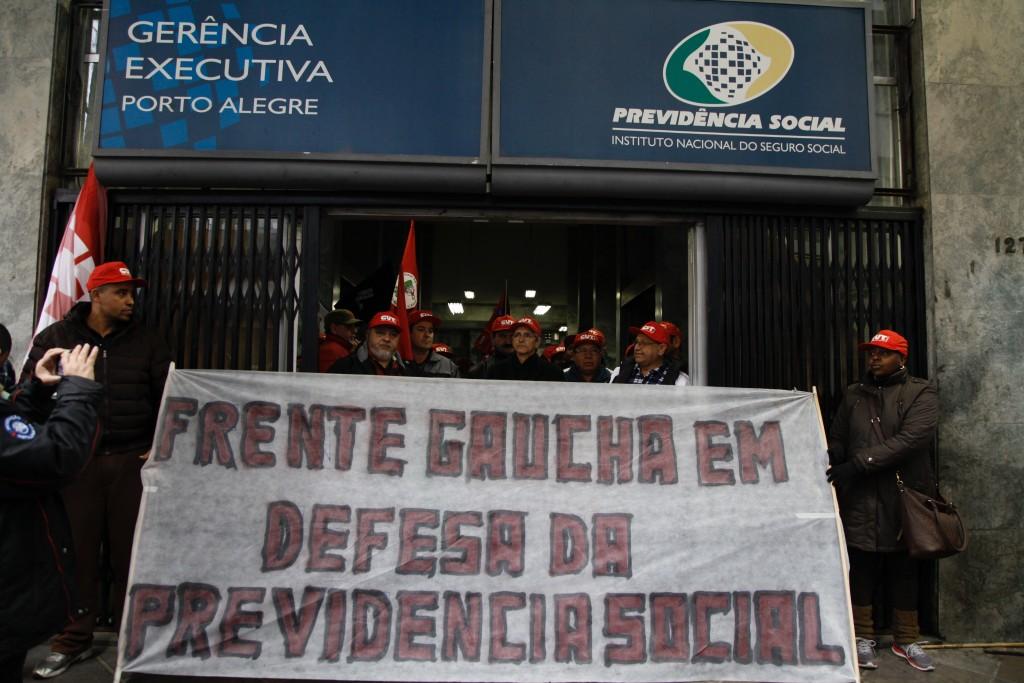 Movimento teve concentração em frente ao prédio do INSS ocupado no centro de Porto Alegre e caminhada até o Parque da Harmonia, onde foi realizada audiência pública