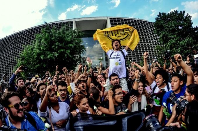 Líder estudantil Emerson Souza Santos, o Catatau (no alto e ao centro), comemora a abertura da CPI da Merenda com os secundaristas, em frente à Assembleia Legislativa, em São Paulo