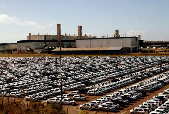 Pátios da montadora em Gravataí, ao lado e nos arredores da fábrica revelam o grande estoque de carros encalhados, que materializam a crise do setor automobilístico | Foto: Igor Sperotto