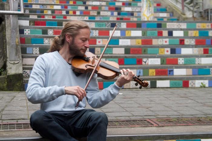 Entre a música na escola e o som das ruas