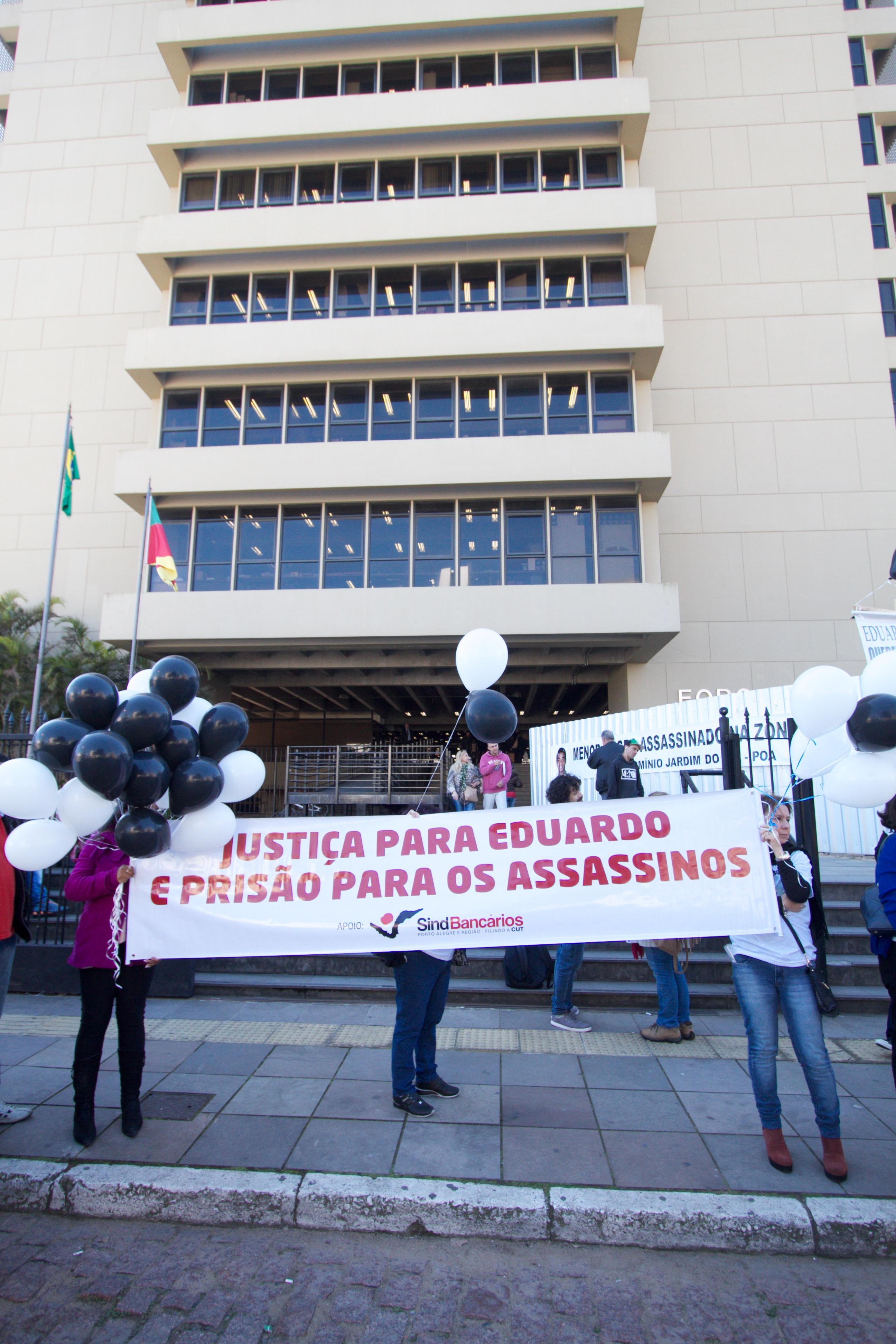 Familiares e amigos fizeram ato por Justiça em frente ao Foro de Porto Alegre antes da audiência