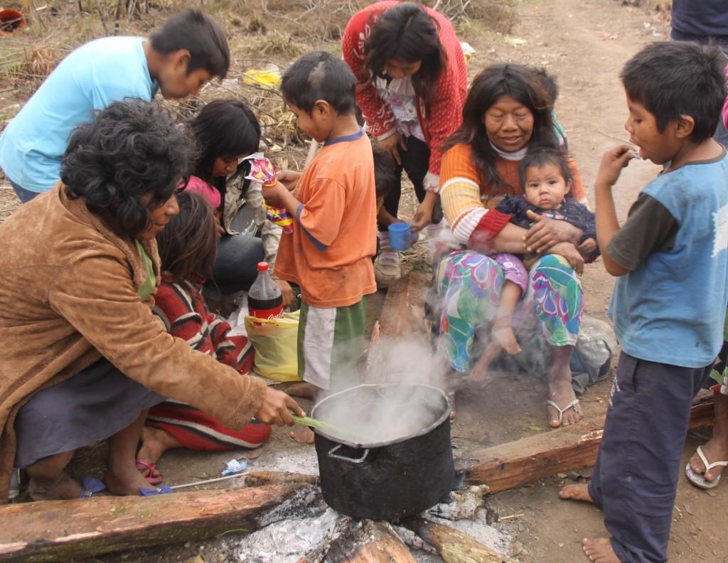 Em um dia frio de inverno deste ano, os índios se reúnem em volta do fogo em que cozinham uma carne de porco. Enquanto esperam a comida ficar pronta, uma cuia de chimarrão passa de mão em mão, o k'ãã, a bebida tradicional indígena, como mostra Karaí, um Mbya nascido em aldeia paraguaia e que mora no acampamento da BR-290.