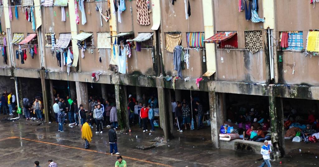 Pátio do Presídio Central em Porto Alegre reflete a crise do sistema carcerário brasileiro