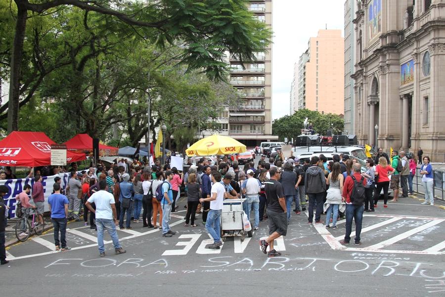 Servidores do estado ocupam Praça da Matriz
