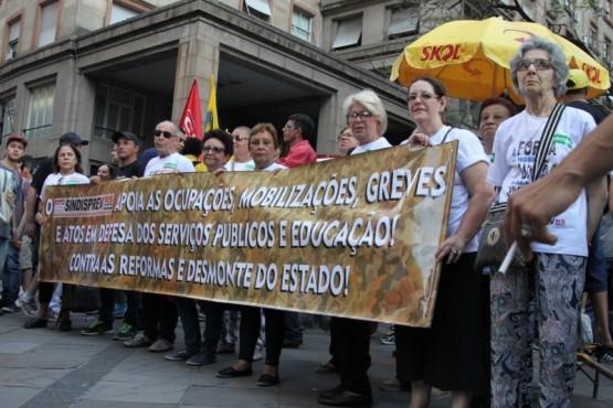 Dia Nacional de Lutas termina com marcha de 15 mil pessoas pelo centro de Porto Alegre