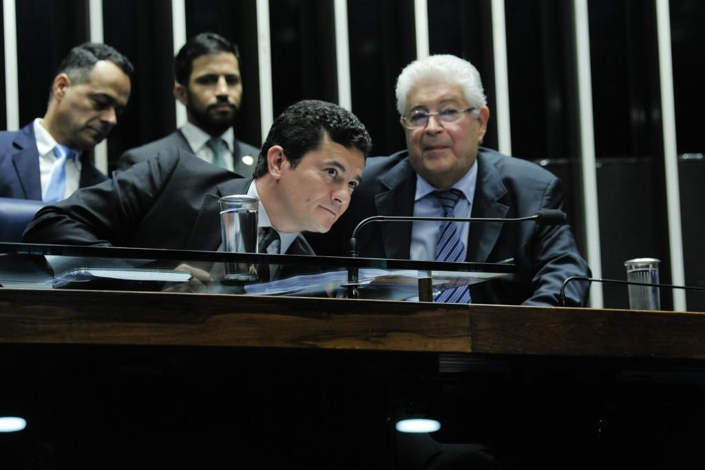 Juiz Sérgio Moro foi ao Senado apresentar uma proposta de alteração ao texto durante audiência sobre o tema , ao seu lado Roberto Requião, relator da matéria