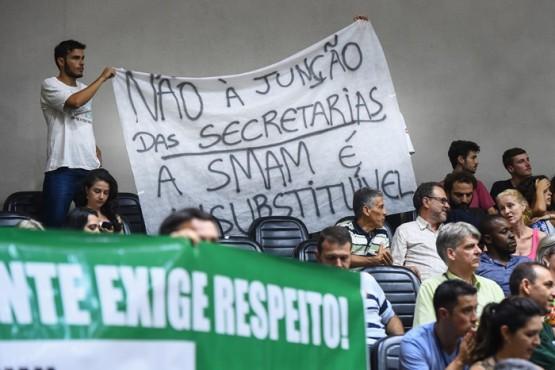 Público nas galerias protesta contra extinção de secretarias, proposto por projeto do Executivo