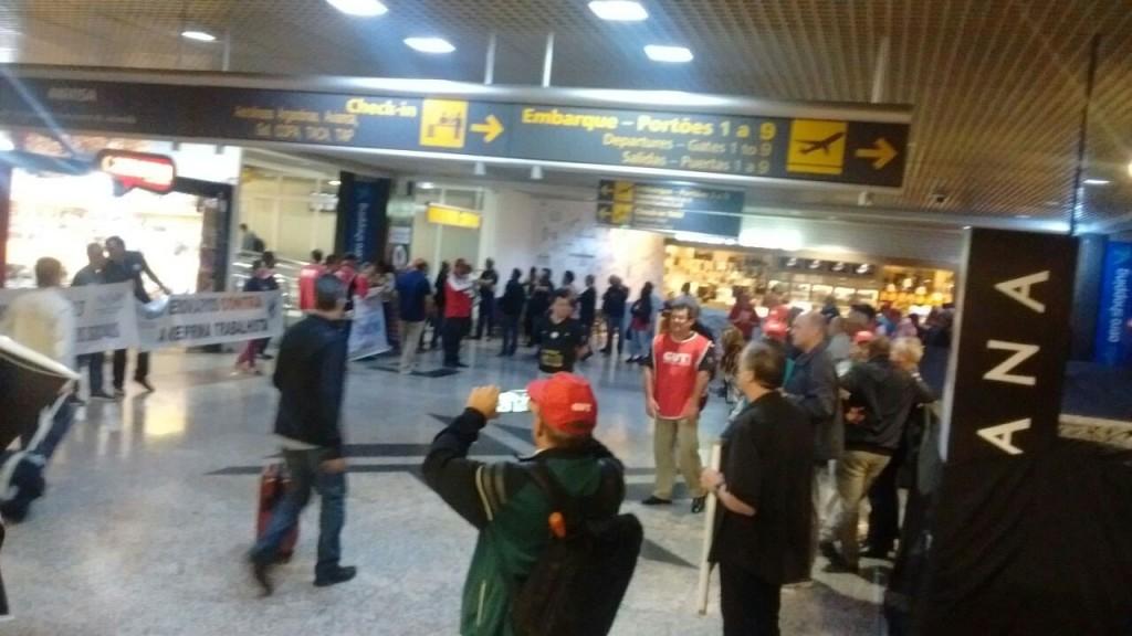 CUT/RS fez ato para pressionar deputados gaúchos no Aeroporto Salgado Filho, enquanto embarcavam para Brasília