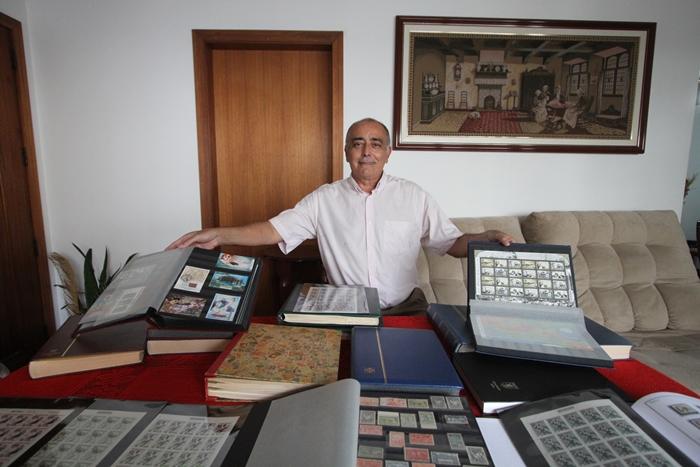 """O professor Jacinto Junior cultiva sua paixão pela filatelia e pelo magistério: """"selo é conhecimento"""""""