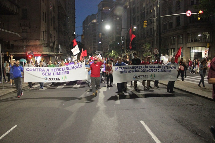 """Manifestantes organizaram caminhada pela Borges até o Largo Zumbi dos Palmares: """"Se você não lutar, não vai se aposentar"""""""