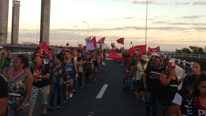 Mulheres de diversas partes do estado participaram da concentração na ponte do Guaíba e marcha até o centro da capital