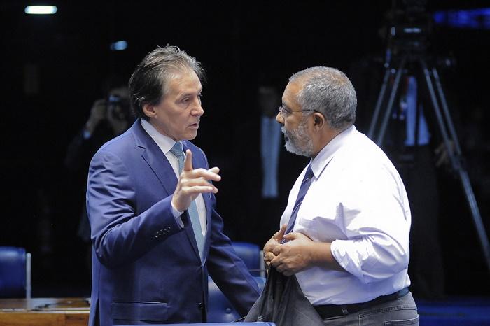O presidente do Senado, Eunício Oliveira, afirma que o PLC 30/2015, com relatoria de Paulo Paim (D), que deve ser votado em breve, oferece segurança jurídica aos terceirizados