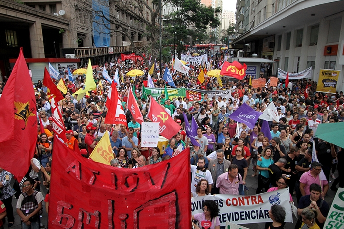 Ato público reuniu milhares de manifestantes na Esquina Democrática