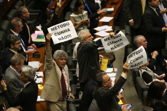 Deputados de oposição protestaram contra manobra da base governista