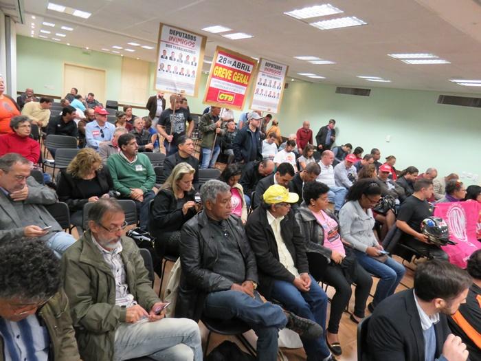 Representantes de diversas categorias de trabalhadores e movimentos sociais participaram do encontro