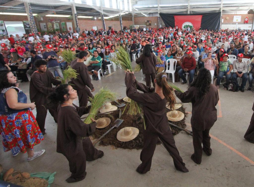 Na abertura da programação, crianças, jovens e militantes do MST encenaram esquetes sobre o sentido da luta pela terra e a ameaça simbolizada pelos agrotóxicos.