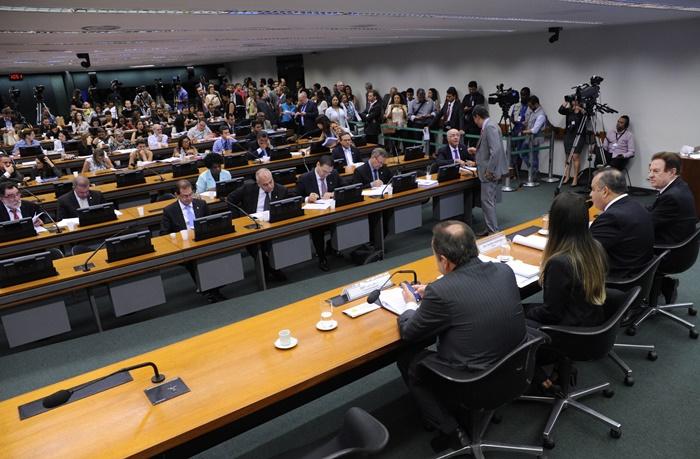 Projeto da reforma recebeu substitutivos em sessão da Câmara de 12 de abril