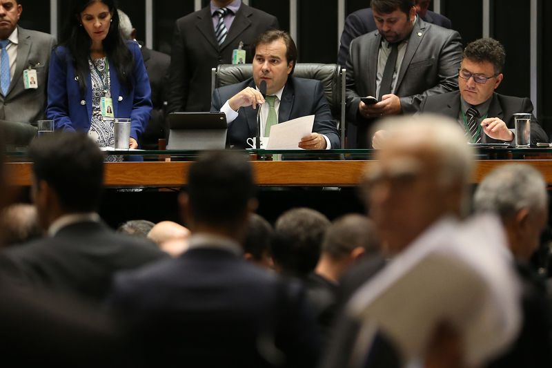 Dois pedidos de impeachment de Temer foram recebidos na noite de quarta-feira, pelo presidente da Câmara, Rodrigo Maia